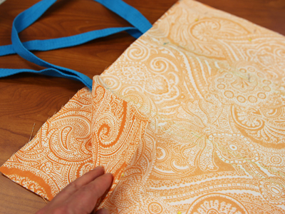 Free project instructions to create a two-pocket tote bag.