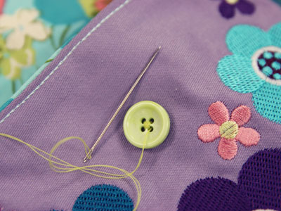 Free project instructions to embroider in-the-hoop purses.