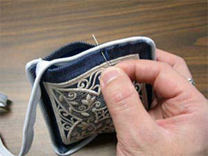 Free project instructions to create a hands-free pin cushion.