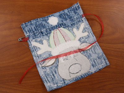 Free project instructions to embroider in-the-hoop drawstring bags.