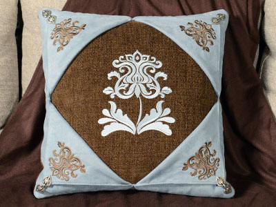 Free project instructions to embroider picture window pillow.