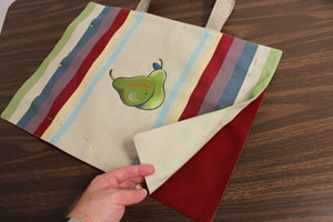 Free project instructions to make a tote bag out of a placemat.
