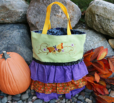 Free project instructions to create a trick-or-treat ruffle tote.