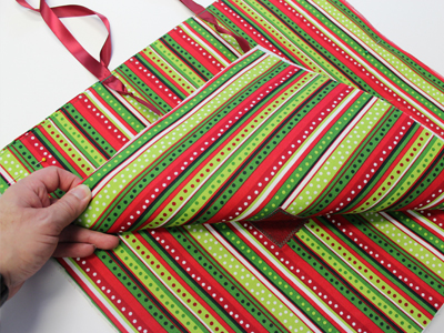 Free project instructions to make a festive fabric gift bag.