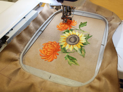 Free project instructions to embroider a fashion tote.