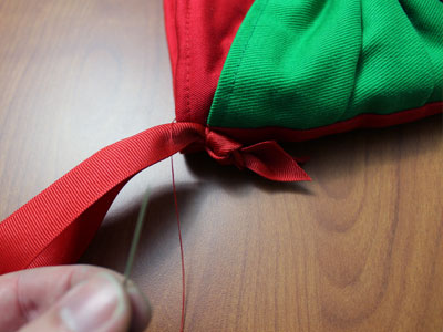 Free project instructions to make a Christmas bow stocking.