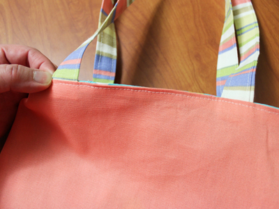 Free project instructions to embroider an on-the-edge tote bag.