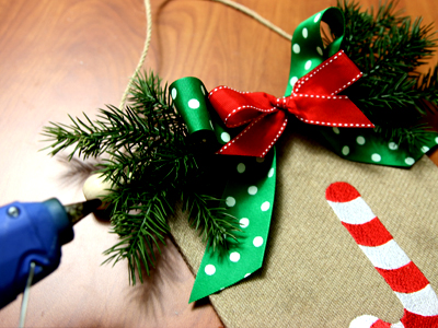 Free project instructions to create a Christmas Door Hanger.