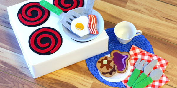 Free project instructions to create a felt play kitchen.