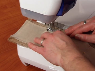 Free project instructions to create a beautiful burlap wrap.