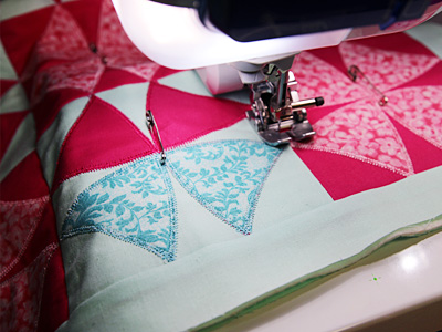 Free project instructions on how to create a nine-patch quilted pillow.