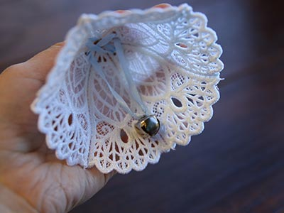 Free project instructions to stitch a 3D lace and organza bell.