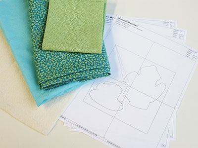 Free project instructions to stitch in-the-hoop applique mug rugs.