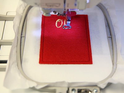 Free project instructions to stitch in-the-hoop gift card bags.