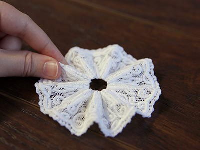 Free project instructions to stitch a battenburg lace ruffled brooch.