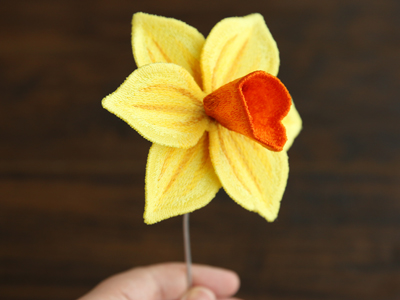 Free project instructions for creating a freestanding daffodil in 3D.