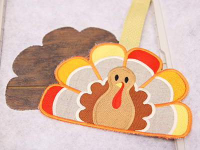 Free project instructions to create an in-the-hoop turkey trot towel topper.