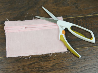 Free project instructions for creating a lacy envelope clutch.