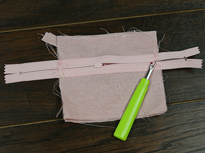 Free project instructions for creating a zipper-back coin purse, in-the-hoop.