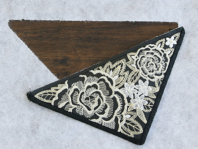 Free project instructions for creating an in-the-hoop envelope clutch.