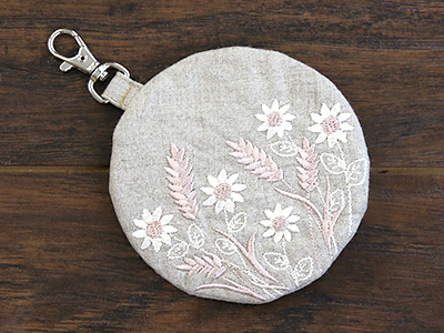 Free project instructions for creating an in-the-hoop lined coin purse