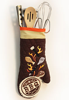 Free project instructions to make a decorative oven mitt utensil holder.