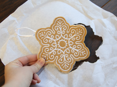Free project instructions to create a raw edge ornament in-the-hoop.